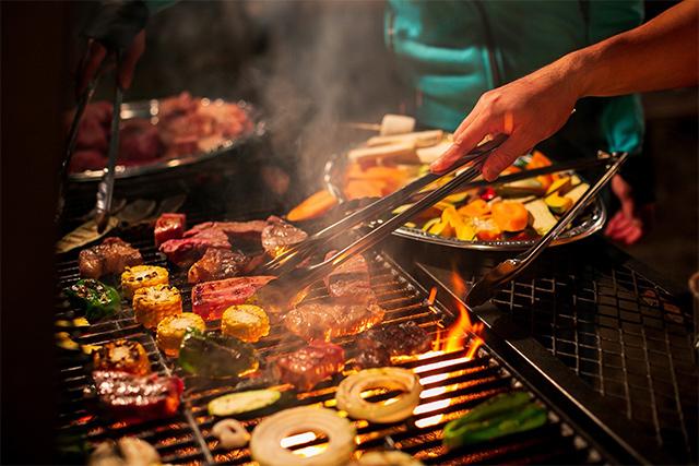 星空の下、みんなで食べる食事は最高!