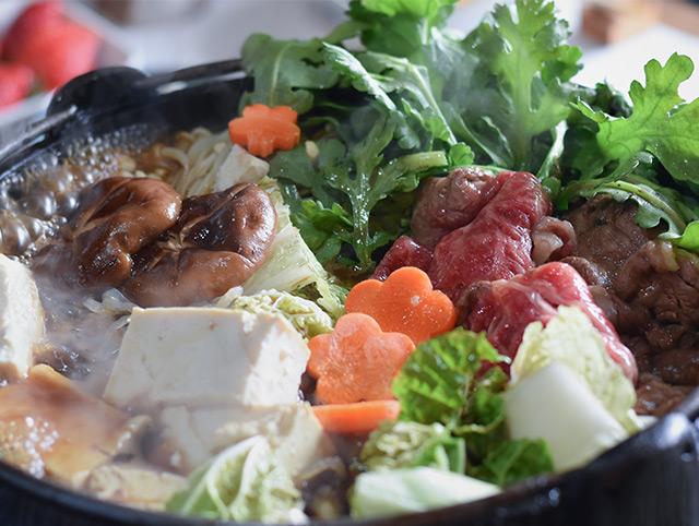 """自分で収穫した野菜や""""A5ランク以上""""と言われる松阪牛で、おばあちゃんと一緒にすき焼き"""