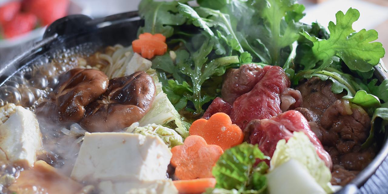 自分で収穫した野菜や松阪牛でおばあちゃんと一緒にすき焼きを作る