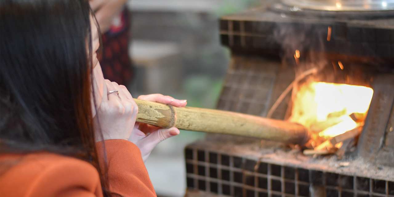 薪を焚いてかまどで炊飯