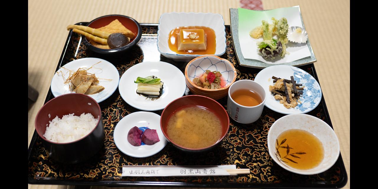 頂上にある寺院で伝統的な精進料理を楽しむ