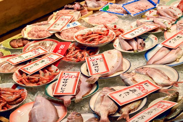 日本料理の専門家と一緒に近江市場で食材を選ぶ