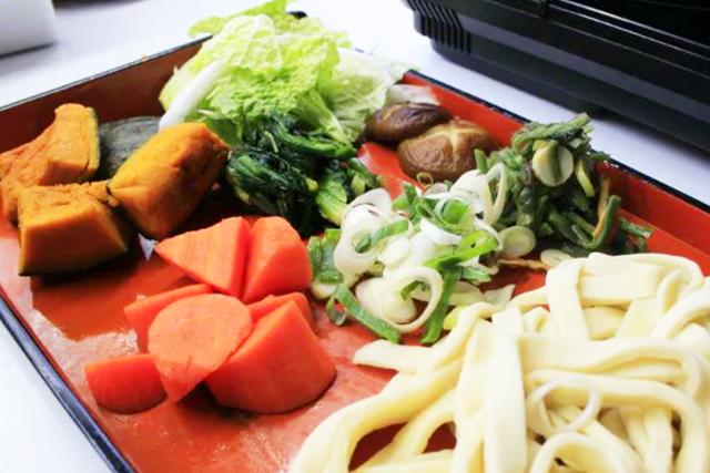 「ほうとう」を、自分で生地からこね、包丁で切り、地元野菜と一緒に煮込む料理体験