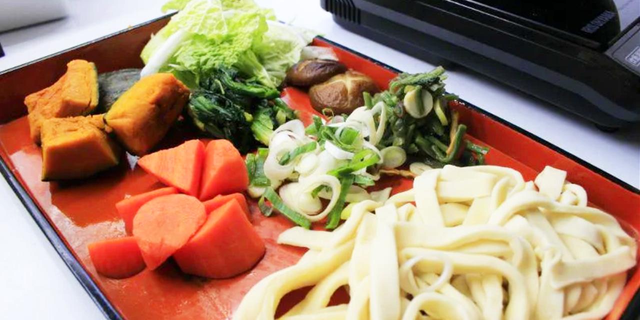 ほうとうを自分で生地からこね、包丁で切り、地元野菜と一緒に煮込む料理体験