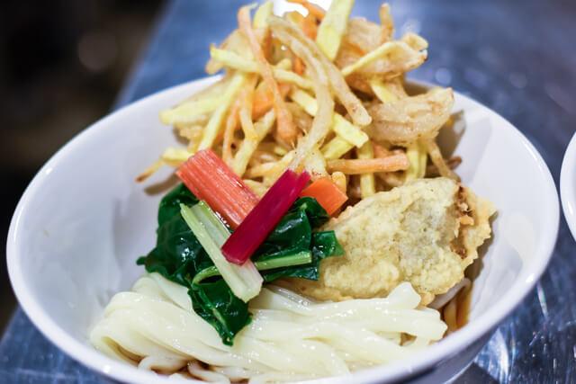 農園で収穫した野菜の天ぷらをうどんと一緒に味わう