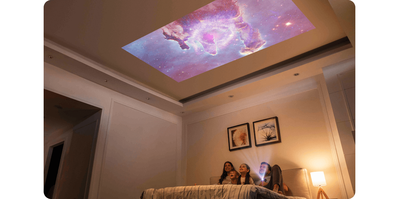 宿泊先のお部屋の天井や壁が映画館に変身