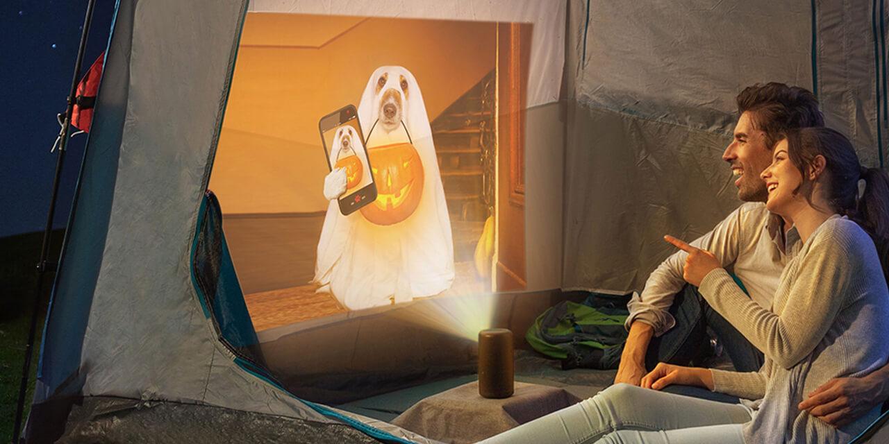 自宅の庭やキャンプ場で、テントの天井や壁に映像を投影