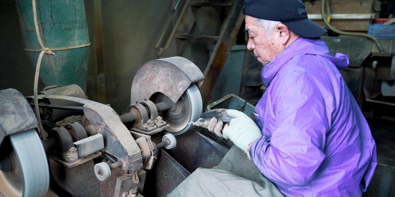 出汁工房では自分で実際に鰹節を削る