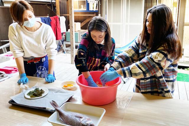 とれたての魚を使って料理体験