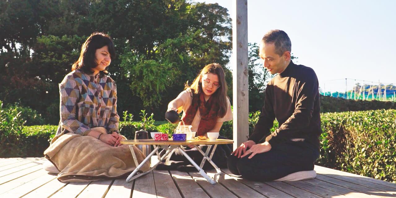 青空の下、富士山ふもとの茶畑でブレンド茶作り