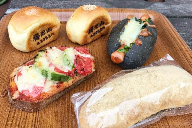 朝食は地元の美味しいパン屋さんで調達
