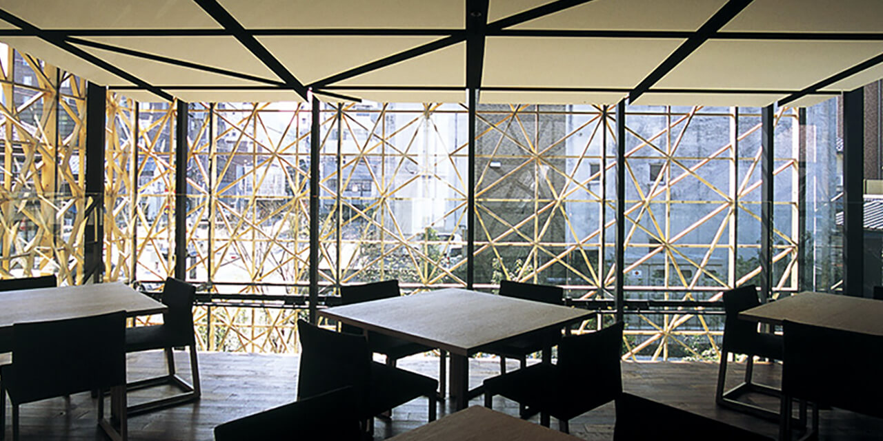 2階まで吹き抜けのガラス張り空間