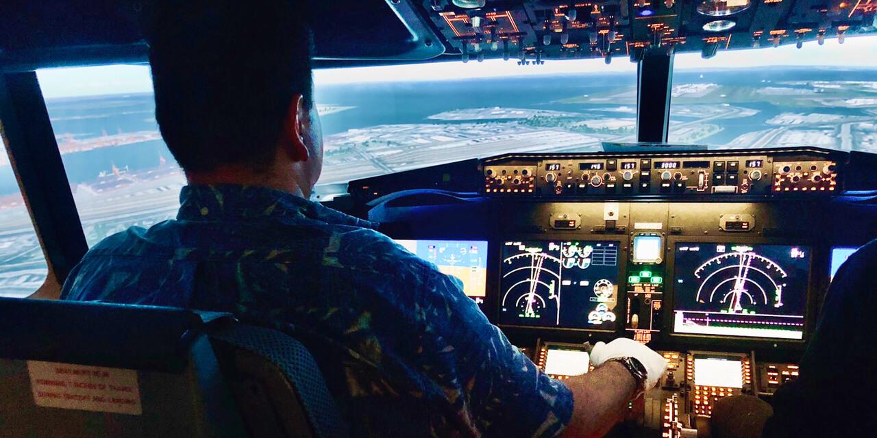 滑走路の目の前でパイロットになりきって操縦体験