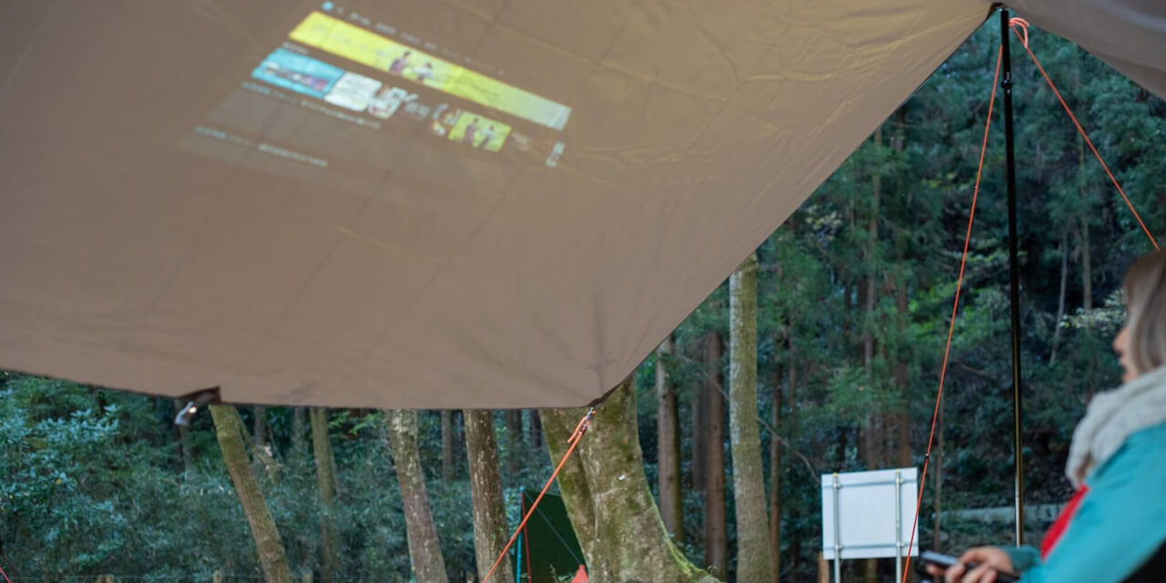 キャンプ場で大画面
